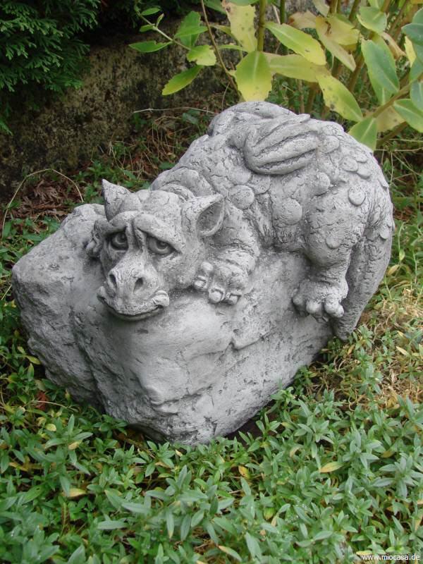 Kleiner drache auf stein antiksteinguss for Gartenfiguren stein